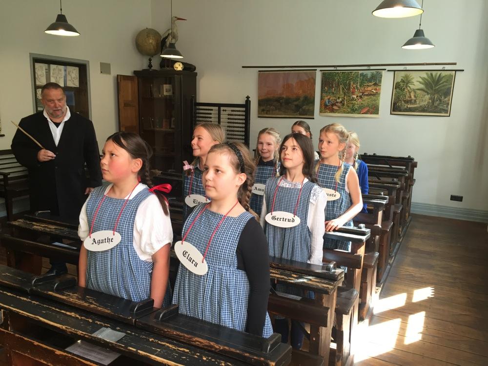 Mädchen in der schule kennenlernen